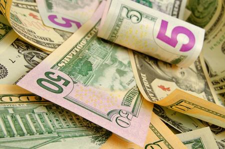 dinero: Dólares en efectivo acostado en el avión.