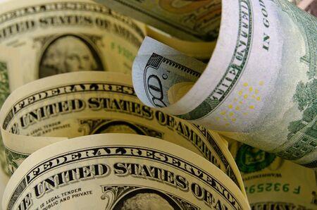 Cash dollars liggen op het vliegtuig.