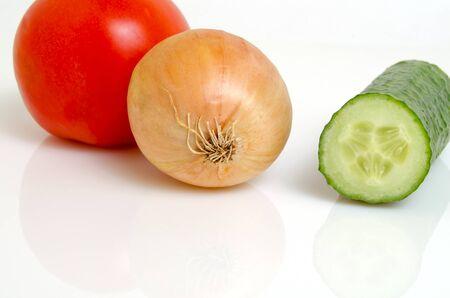 celulosa: Tomate, pepino y cebolla para la preparación de ensaladas. Foto de archivo