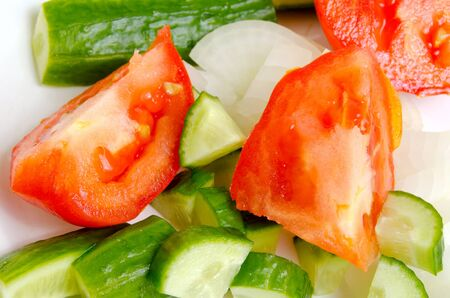 celulosa: Preparation of salad from fresh cucumbers and tomatoes.
