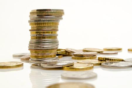 さまざまな国からの硬貨は明るい背景に立てかけてください。 写真素材