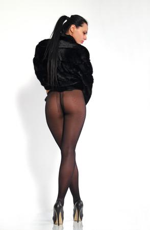 medias veladas: hermosa niña, de largas piernas en medias y un abrigo de visón.