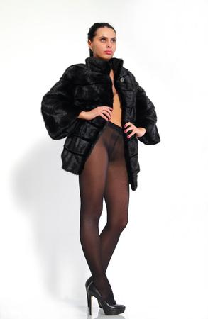 visone: Bella, ragazza con le gambe lunghe in collant e una pelliccia di visone. Archivio Fotografico
