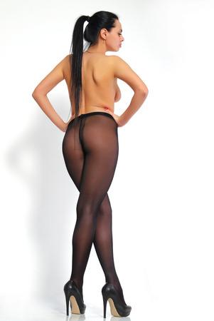 medias veladas: La muchacha atractiva, de piernas largas, labios gruesos en pantimedias.