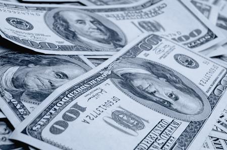 dollaro: Dollari in contanti in varie denominazioni sul piano.