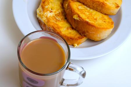 卵に揚げた牛乳とパンのコーヒー。