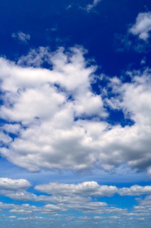 배경에 대 한 구름과 푸른 하늘입니다. 스톡 콘텐츠