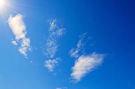 青い空と太陽光線とまぶしさ。
