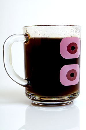 明るい背景のクローズ アップで透明なガラスのカップにコーヒー。 写真素材
