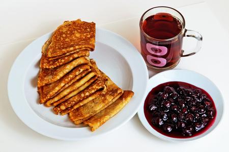 朝食に紅茶を入したパンケーキとチェリージャム。