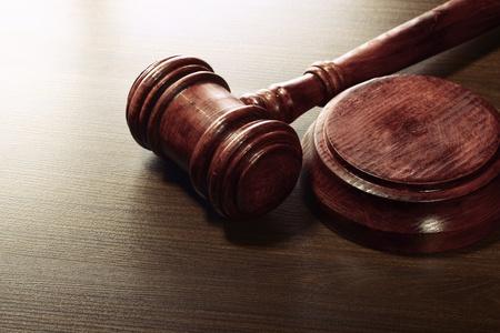 abogado: Martillo de madera jueces Foto de archivo