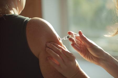hands making an injection Reklamní fotografie
