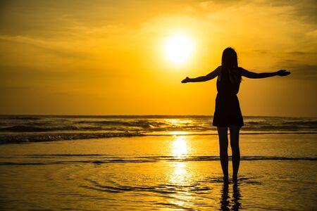 Kobieta z pięknym zachodem słońca na Bali