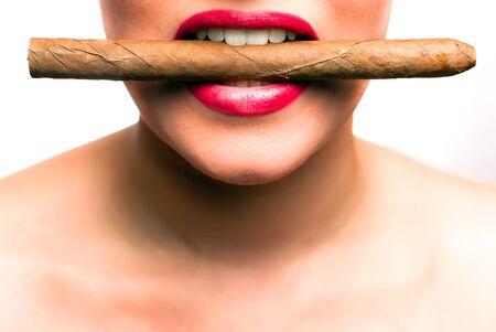 cigarro: boca con labios rojos con un cigarrillo entre los dientes