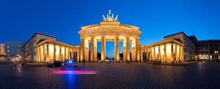 verjas: Puerta de Brandenburgo de Berl�n Alemania Panorama en la noche  Foto de archivo