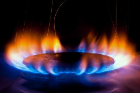 estufa: una llama que se quema en un gas de cocina en la cocina