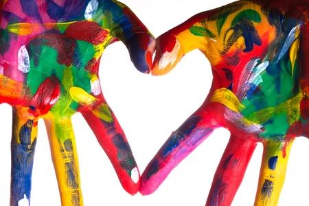 lavarse las manos: dos pintaron coloridos manos formando un coraz�n sobre un fondo blanco