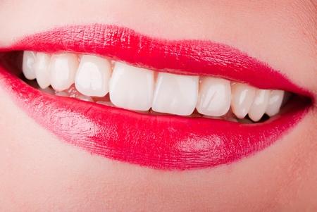 rote lippen: einen l�chelnden Mund mit roten Lippen und wei� z�hne