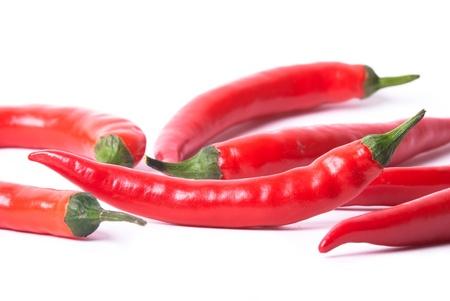 chiles picantes: muchos pimientos rojos sobre fondo blanco opcional Foto de archivo
