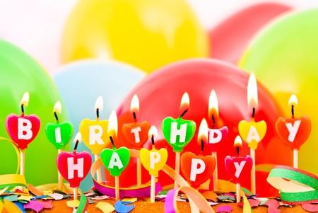 happy birthday cake: quemar velas de cumplea�os felices con globos y confeti Foto de archivo