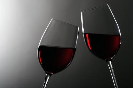 weinverkostung: zwei Weingl�ser mit Rotwein zusammen bleiben Lizenzfreie Bilder