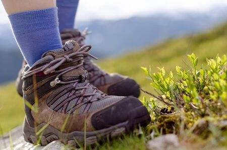 tramping: dos botas tramping bevore paisaje de monta�a