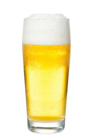 pilsner: un vaso lleno de cerveza antes de fondo blanco