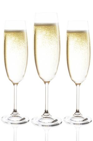 solemnity: bicchieri di champagne isolato prima di sfondo bianco