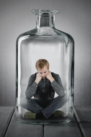 ein Mann in einer Flasche gefangen