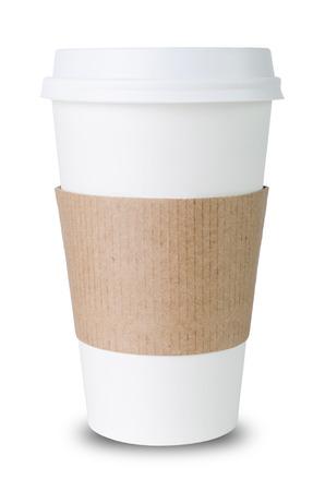 Taza de papel con manga aislada antes de blanco