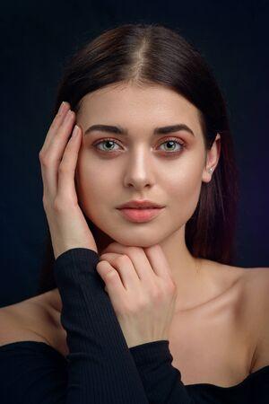 Schoonheidsportret van een jonge vrouw in de studio Stockfoto