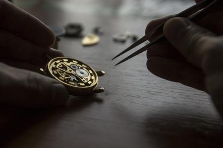 Das Prozess der Reparatur von mechanischen Uhren Standard-Bild - 82979300