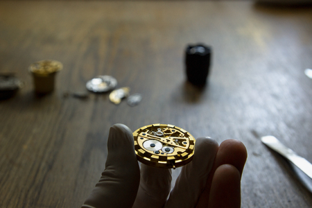 cronógrafo: El relojero está reparando una vendimia reloj mecánico