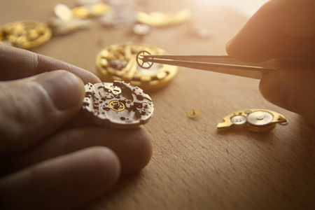 The process of repair of mechanical watches 版權商用圖片 - 84569552