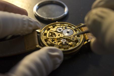 leonardo da vinci: Watchmaker is repairing the mechanical watches in his workshop Stock Photo