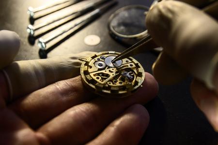 Uhrmacher repariert eine Vintage Automatikuhr. Standard-Bild - 89838910