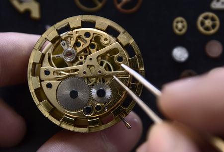 Uhrmacher repariert die mechanischen Uhren in seiner Werkstatt Standard-Bild - 91309370