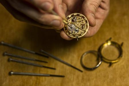 Uhrmacher repariert die mechanischen Uhren in seiner Werkstatt Standard-Bild - 92762230