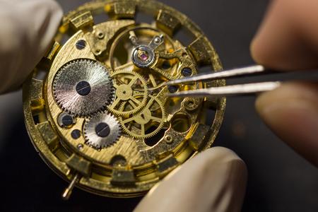 Horlogemaker repareert de mechanische horloges in zijn werkplaats Stockfoto