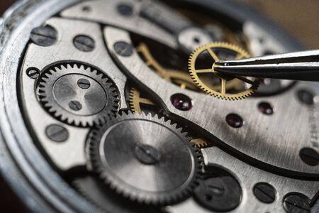 Einbau eines Getriebes in die mechanischen Uhren