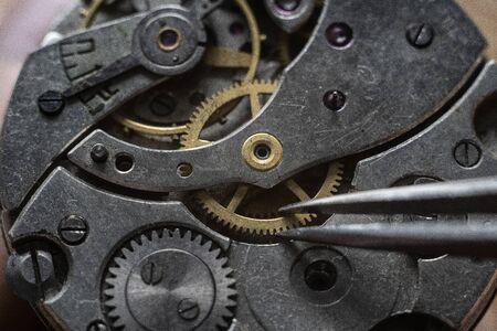 Prozess der Installation eines Teils von mechanischen Uhren