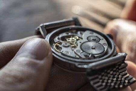 Taller de relojero, reparación de relojes mecánicos