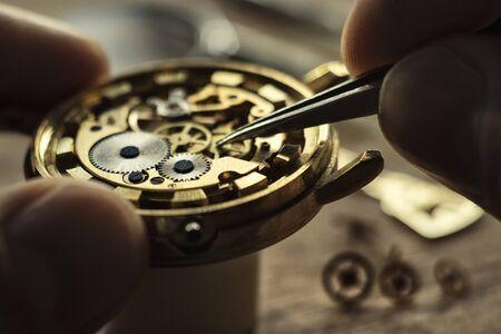 Uhrmacher repariert die Armbanduhr, mechanische Uhr Standard-Bild