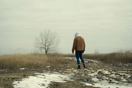 lonely man in the field Zdjęcie Seryjne