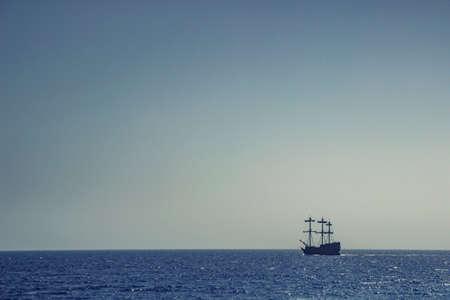 Lonely sailboat on the horizon Zdjęcie Seryjne