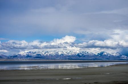 Dieser Blick auf die Wasatch Mountains ist von der Ostseite des Antelope Island. Standard-Bild - 27822820