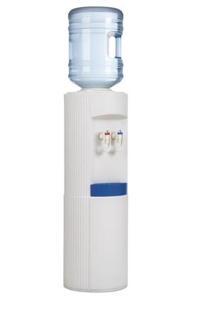 dispensador: Refrigerador blanco con una botella de agua sobre un fondo blanco. Foto de archivo