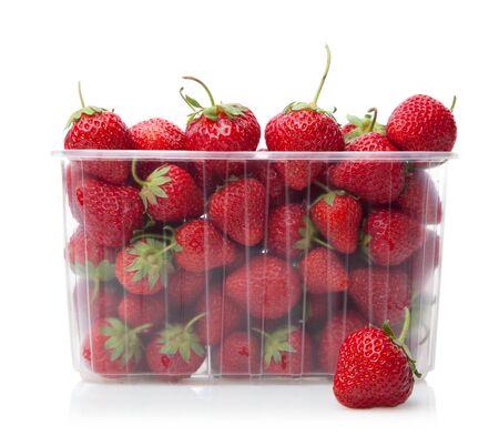Verse aardbeien in plastic doos op witte achtergrond. Stockfoto