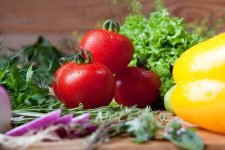 water thyme: Hortalizas frescas, hierbas y especias en una tabla de cortar
