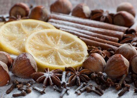 lemon slices: Spezie cannella, anice stellato e chiodi di garofano in zucchero a velo con fette di limone